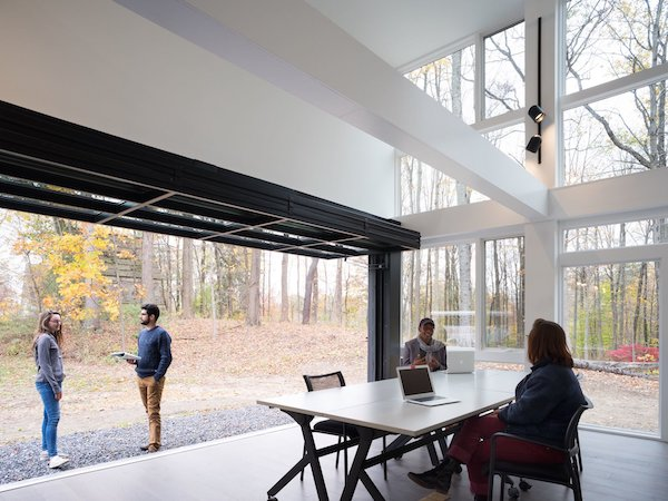 ample-glazing-blurs-the-distinction-between-indoors-and-out.jpg